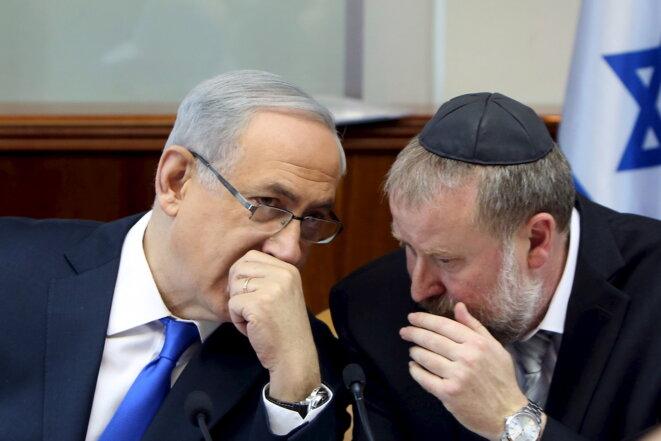 Benjamin Netanyahou en conversation avec Avichai Mandelblit, avant que celui-ci ne devienne procureur général et ne tienne le sort du premier ministre entre ses mains. © Reuters