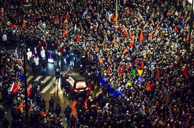 La foule entourant le cercueil à Gdansk, vendredi 18 janvier © Reuters