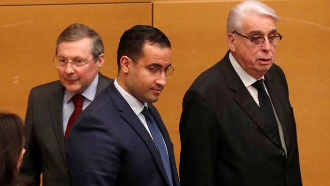 Alexandre Benalla entouré par le président de la commission, Philippe Bas, et le corapporteur Jean-Pierre Sueur, au Sénat, le 21 janvier. © Reuters