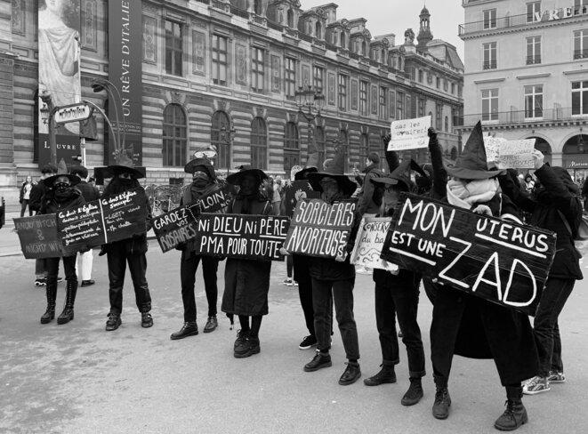 """Le collectif Witch Block Paname pendant le rassemblement à Palais Royal pour la Riposte Féministe contre la """"Marche pour la Vie"""""""