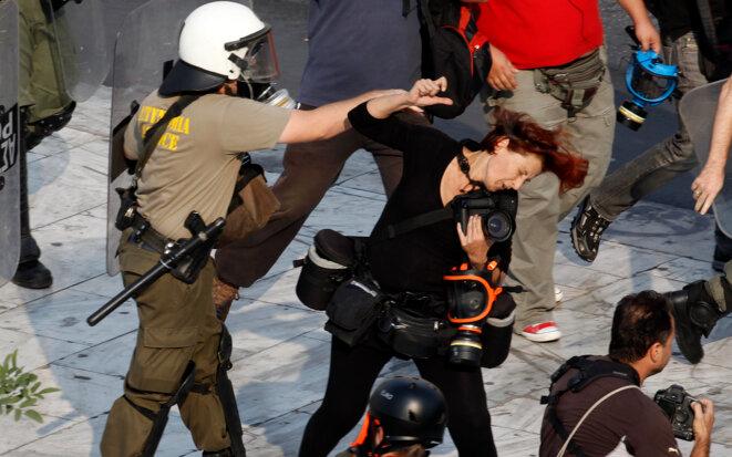 La journaliste Tatiana Bolari se faisant frapper par un policier, le 5 octobre 2011. © Archives Reuters