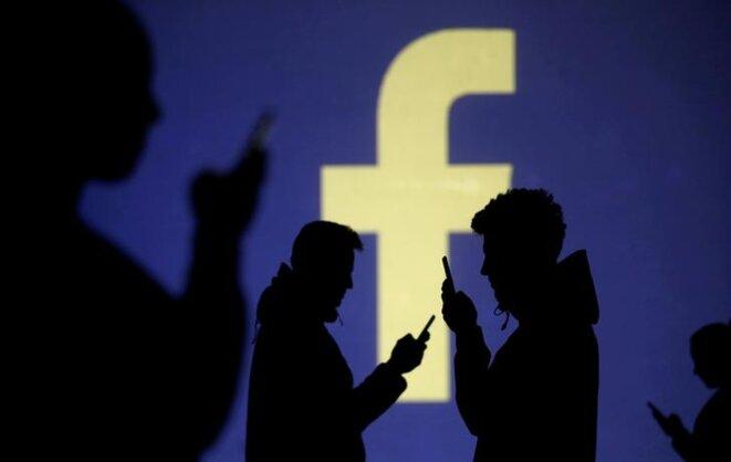 Le gouvernement souhaite « impliquer les plateformes » comme Facebook dans la régulation des contenus. © Reuters