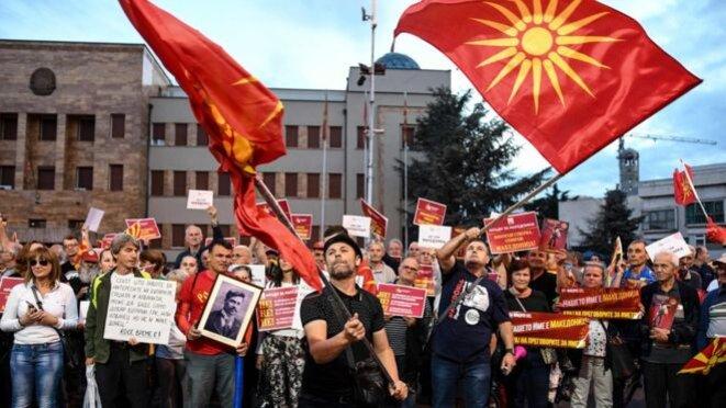 Manifestation nationaliste en Macédoine du Nord. Le drapeau avec le soleil à douze branche, référence à un symbole du patrimoine archéologique grec, est brandi par les manifestants. Son utilisation est interdite en Macédoine du Nord après la signature de l'accord de Prespa