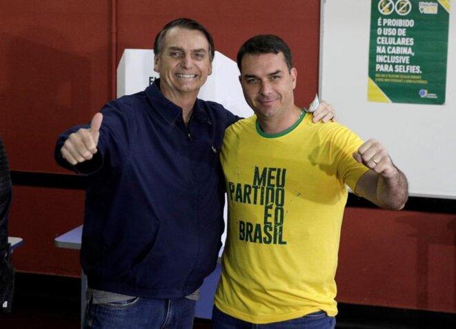 Jair Bolsonaro et son fils Flávio, à Rio de Janeiro, le 7 octobre 2018. © Reuters