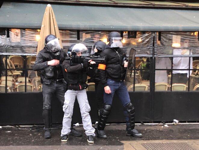 Unités en civil armées de LBD place de la Bastille. © Karl Laske