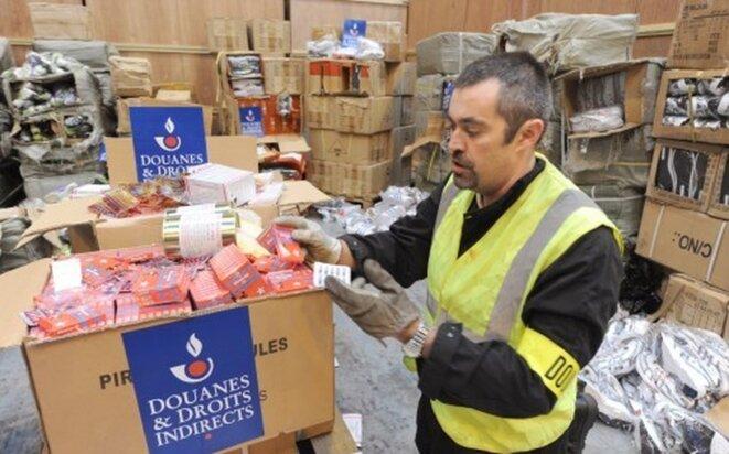 7771078567-un-douanier-presente-de-faux-medicaments-issus-d-une-saisie-le-8-decembre-2011-dans-un-entrepot-a-epouville