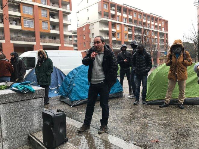 Thomas Couderette, du CEDIS, prenant la parole lors de l'action devant Toulouse-Métropole le 25 janvier [Photo YF]