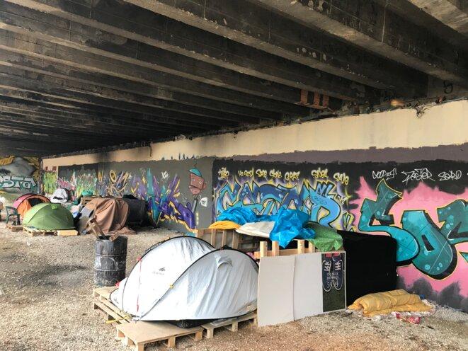 Campement des Arènes, sur un parking, à Besançon, démantelé depuis par la Préfecture du Doubs en octobre 2018 [Photo YF]