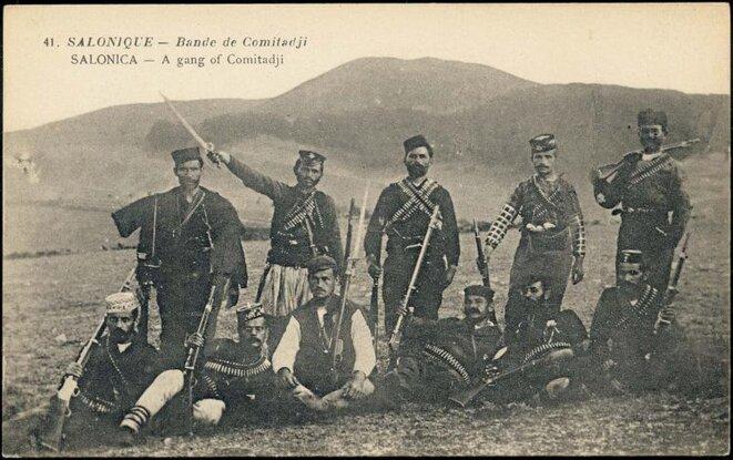 """Groupe armé de """"komitadjis"""" (1903-908) posant pour une carte postale d'époque"""