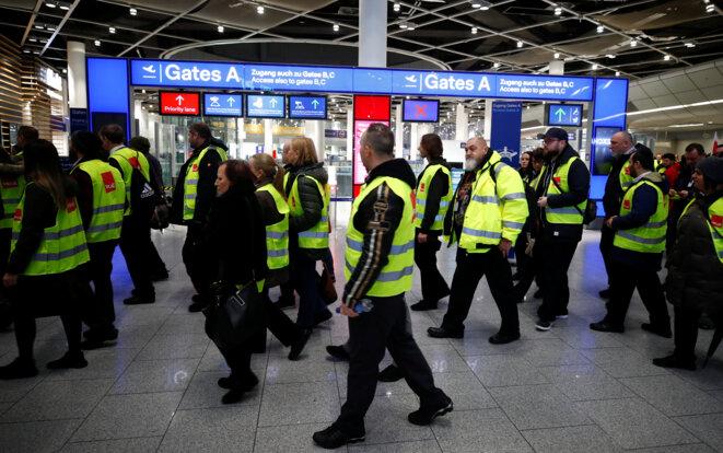 Des syndicalistes allemands de Verdi vêtus de gilets jaunes, le 10 janvier 2019 à Düsseldorf. © Reuters/Wolfgang Rattay