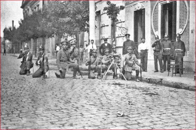 Soldats prêts à tirer contre les grévistes © Archives générales de la Nation