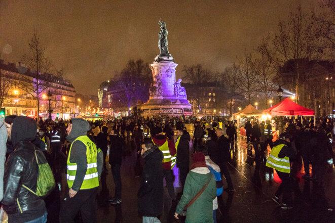 Place de la république des gilets jaunes se sont rassemblés lors de la nuit jaune pour échanger et débattre. © Christian DROUET