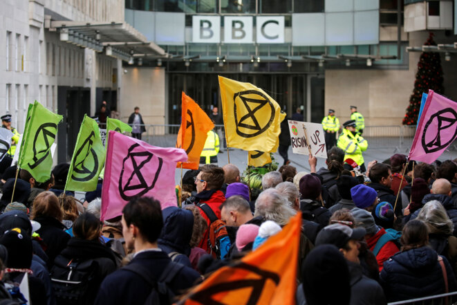 Manifestation de Extinction Rebellion le 21 décembre 2018 devant le siège de la BBC pour protester contre le faible suivi, à leurs yeux, des questions climatiques par le groupe de médias public. © Reuters/Simon Dawson