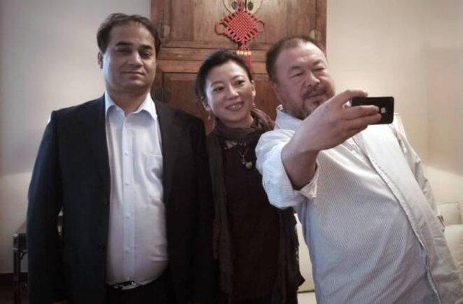 Ilham Tohti accompagné de l'écrivaine et militante tibétaine de droits de l'homme Tsering Woeser et de l'artiste chinois Ai Weiwei