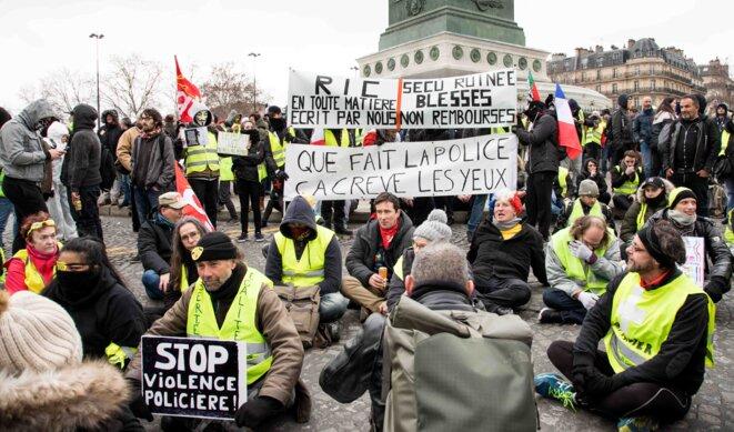 Un sitting pour dénoncer les violences policières, organisé à Paris, place de la bastille, lors de l'acte 12 des gilets jaunes © Christian DROUET