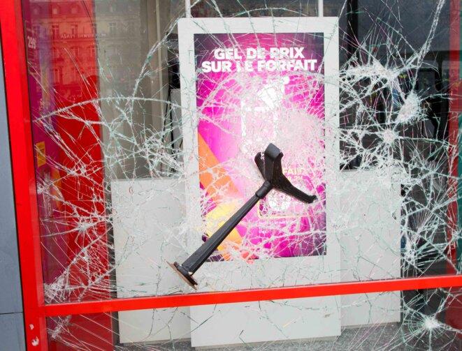 La vitrine de la boutique SFR, brisée par des casseurs lors de l'acte 12 de mobilisation des gilets jaunes place de la république à Paris © Christian DROUET