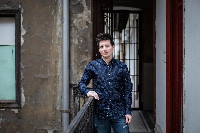 Rui Pinto delante de la puerta de su apartamento en Budapest. © Maria Feck / Der Spiegel