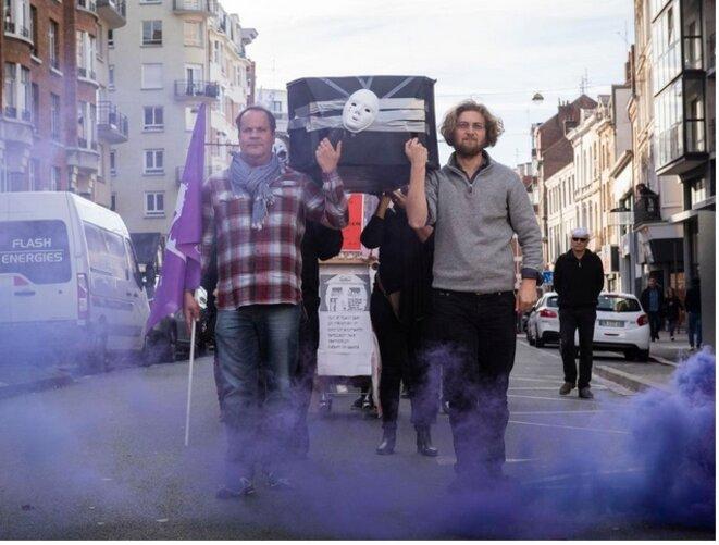 Lille, le 6 novembre. Manifestation des assistants socio-éducatifs, contre le manque de moyens et de places dans les familles d'accueil et les foyers [Photo Antoine Bruy. Tendance Floue]