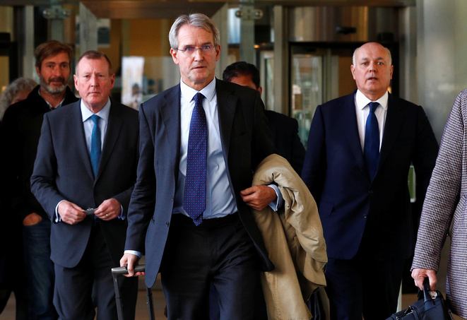 Owen Paterson (au centre) le 22 octobre 2018 à Bruxelles © François Lenoir / Reuters.