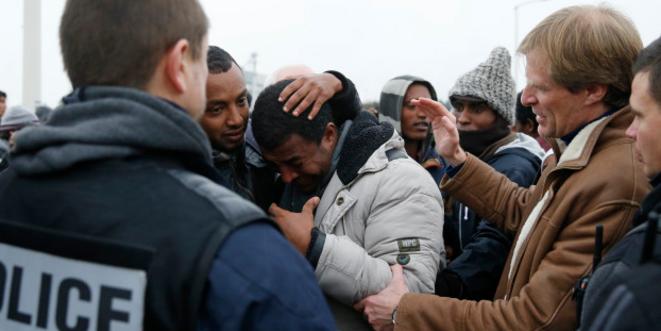 Pascal Brice (à droite), avec un migrant éthiopien, lors du démantèlement du camp de Calais en 2016 © Reuters