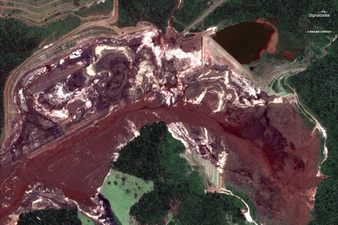 Après l'effondrement du barrage, la coulée de boue sur le site minier de Brumadinho a fait au moins 142 morts. © Reuters