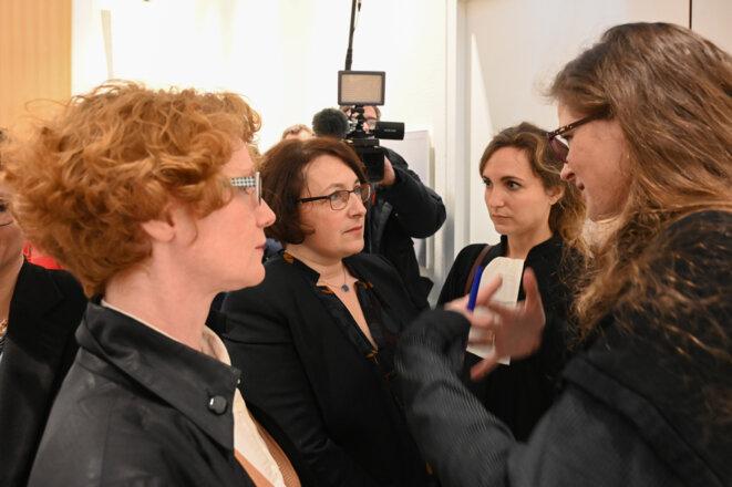 Elen Debost, Isabelle Attard, son avocate Claire Moléon et Lénaïg Bredoux, journaliste à Mediapart, au tribunal de Paris, le 4 février 2019. © Marc Chaumeil