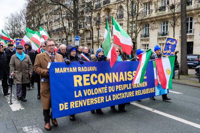 Plusieurs milliers de partisans d'un groupe d'opposition iranien en exil ont défilé vendredi à Paris pour demander la fin du régime des mollahs iraniens, 40 ans après la révolution islamique qui a renversé la monarchie iranienne.