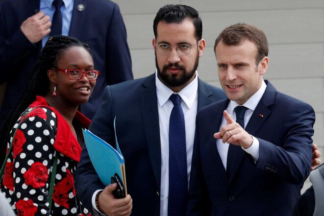 Sibeth Ndiaye, la conseillère communication de l'Élysée, Alexandre Benalla et Emmanuel Macron, le 12 avril 2018. © Reuters