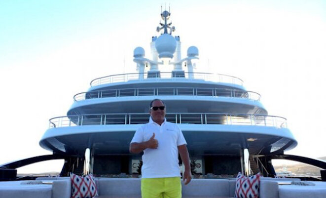 "Farkhad Akhmedov devant son yacht, le ""Luna"". © dr"