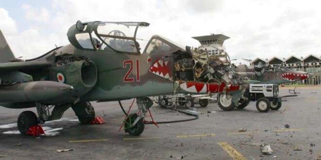 Un avion de chasse de l'armée de l'air ivoirienne détruit sur ordre du président Jacques Chirac, à Yamoussoukro le 8 novembre 2004. © Luc Gnago / Reuters