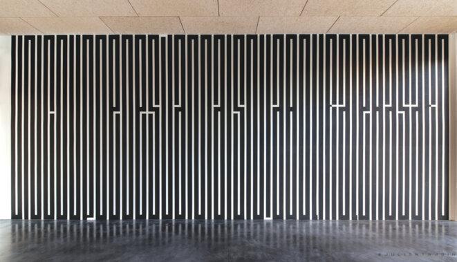 "Tania Mouraud, ""Mallarmé"", peinture murale, 534 x 1406 cm, vue de l'exposition ""Ecriture(s)"", Hangar 107, Rouen, 2019 © Julien Tragin"