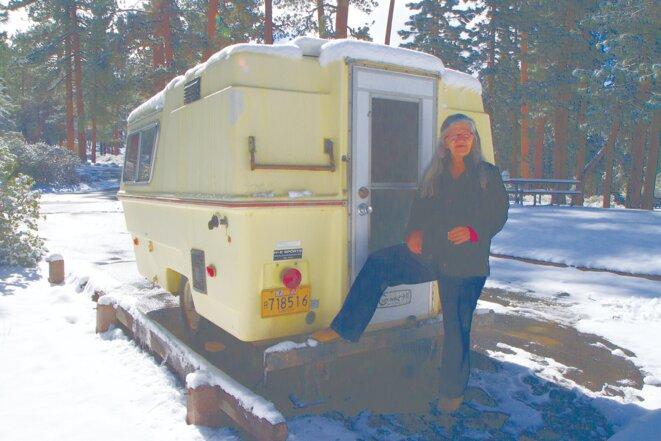 Linda et le « Squeeze Inn » (sa caravane), sous la neige au Hanna Flat Campground. © Jessica Bruder