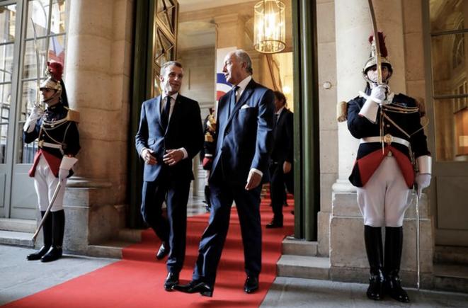 Emmanuel Macron et Laurent Fabius. © Reuters