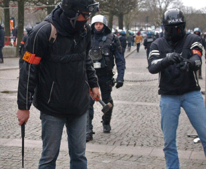 gj-policier-arme-dun-marteau-3