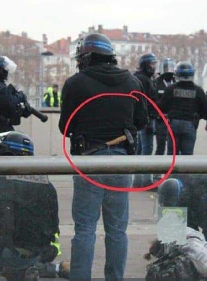gj-policier-arme-dun-marteau