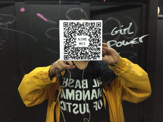 Citoyenne Féministe collant des QR code des les rues de France pour la Saint-Valentin © Citoyenne Féministe