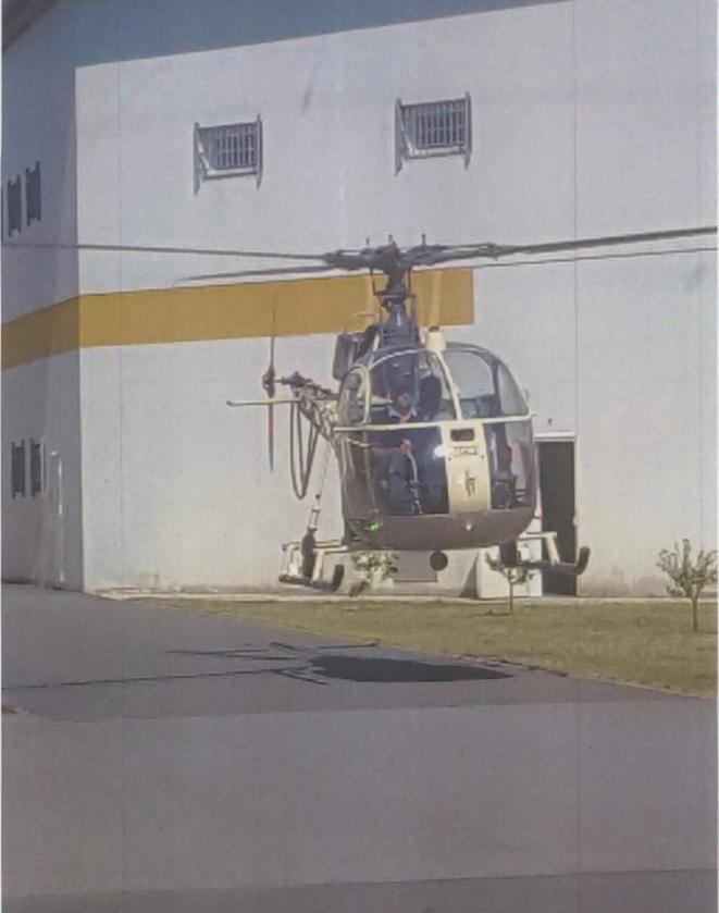 L'hélicoptère Alouette 2 détourné par les complices de Faïd, ici en vol stationnaire au milieu de la cour d'honneur de Réau. © DR