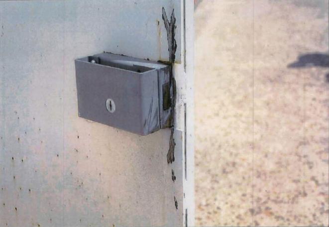 Le commando a découpé les serrures de deux portes et de deux grilles à la disqueuse thermique avant de délivrer le prisonnier. © DR