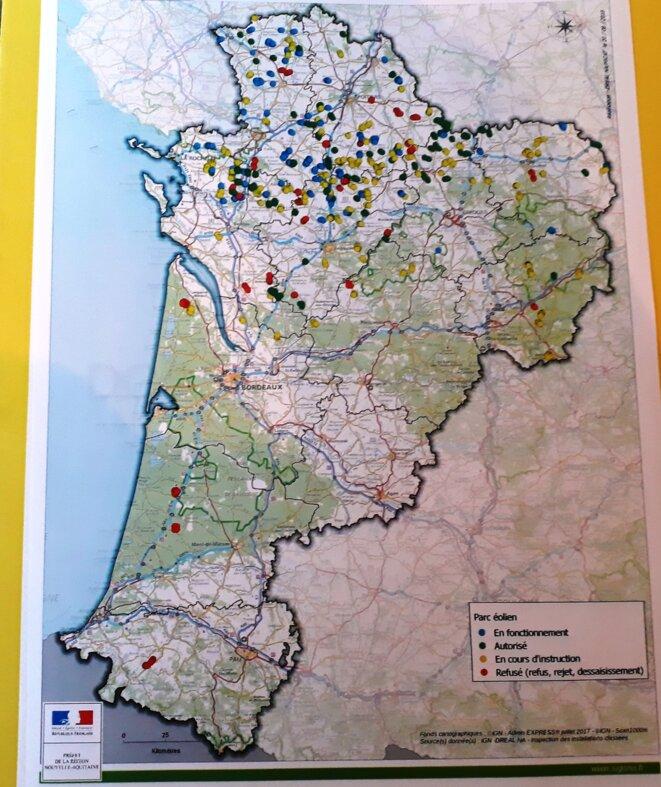 Points bleus : éoliennes en fonctionnement. Verts : projets autorisés. Jaunes : en cours d'instruction. Rouges : refusés.