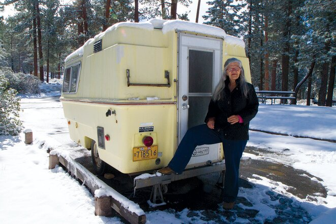 Linda y el « Squeeze Inn » (su caravana), en el Hanna Flat Campground. © Jessica Bruder