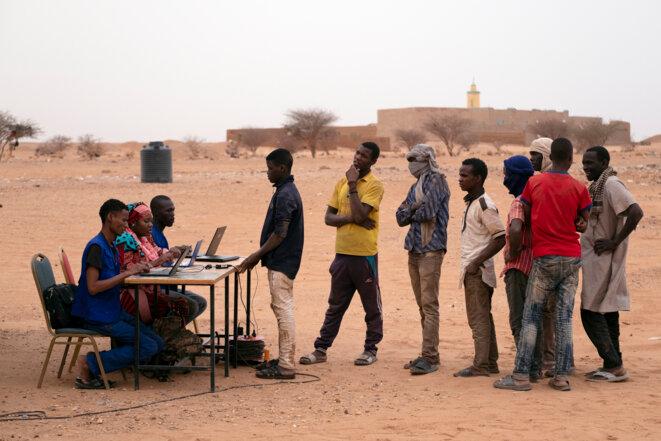 Refoulés d'Algérie, des migrants sont identifiés par l'OIM à Agadez au Niger, en 2018. © Francesco Bellina