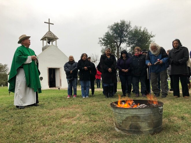 Messe à l'église de la Lomita menacée, le 8 février. À gauche, le père Roy Snipes. © MM/Mediapart