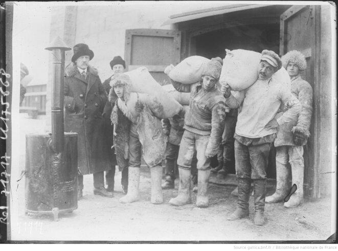 Fridtjof Nansen assistant à la distribution d'aide alimentaire en Russie, 1921-1922. Agence Rol, Paris, 1921-1922. Source: www.gallica.bnf.fr.