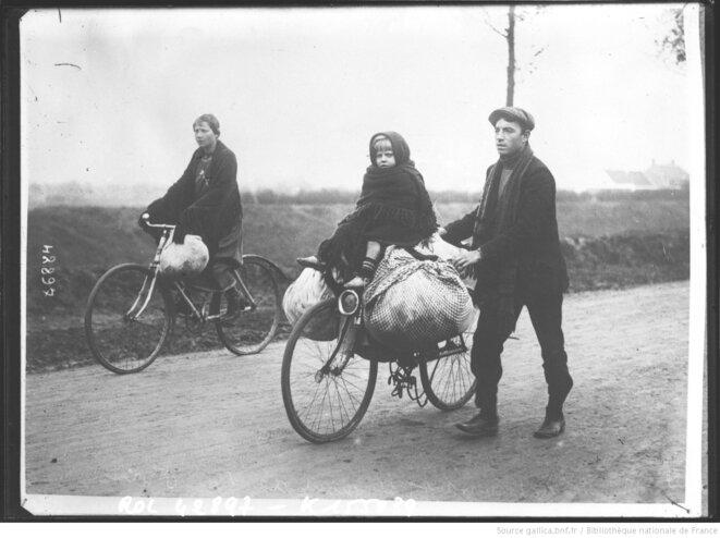 Famille de réfugiés belges traversant le Nord de la France en bicyclette en 1914. Agence Rol, Paris, 1914. Source: www.gallica.bnf.fr