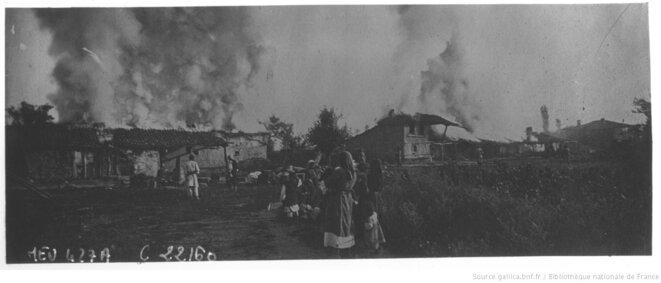 Village turc incendié par des soldats grecs lors de la retraite de l'armée grecque de l'Asie mineure en 1922. Agence Meurisse, Paris, 1922. Source: www.gallica.bnf.fr.