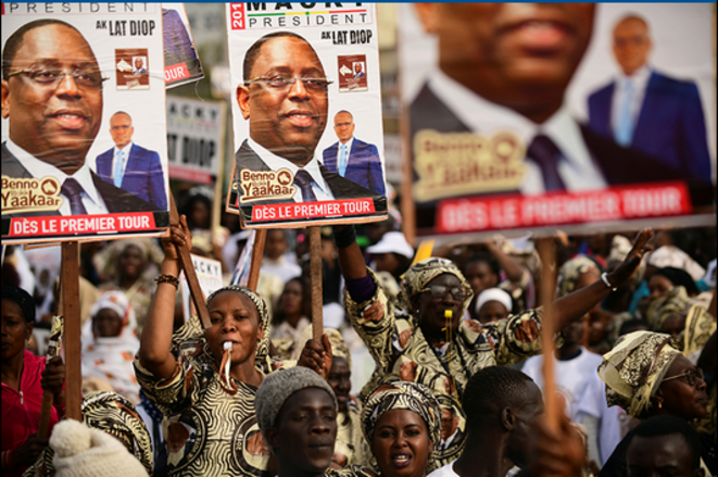 A Guediawaye, le 20 février, des Sénégalais font campagne pour Macky Sall © Reuters