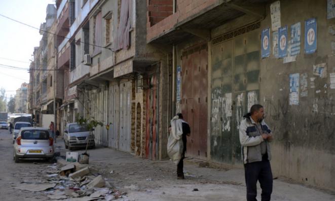 Vue sur le marché de gros de Semmar, quartier défiguré par un «urbanisme de guerre». Ici comme ailleurs, on ne veut pas entendre parler d'un 5e mandat © Sami K.