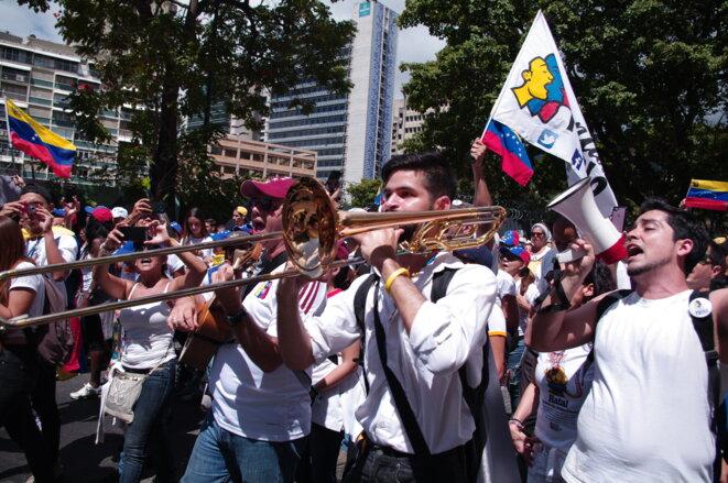 Les manifestants de l'opposition demandent  que les militaires se joignent à l'adversaire de Nicolas Maduro, Juan Guaido et facilitent l'entrée de l'aide humanitaire. © JBM