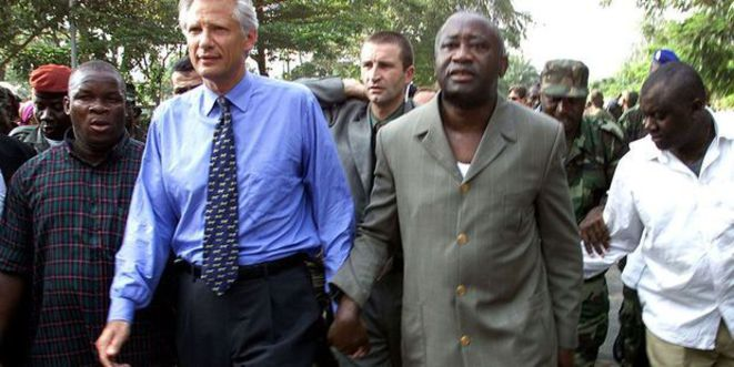 Dominique de Villepin et Laurent Gbagbo, main dans la main, à Abidjan en 2003. © Reuters