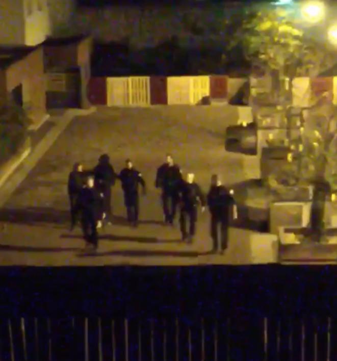 Capture d'une vidéo d'un voisin, montrant le jeune homme, visage recouvert, entouré de policiers. © DR